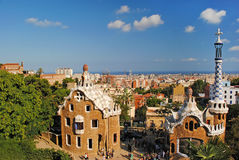 Edificios modernos en la entrada para parquear Guell en Barcelona, balneario Imágenes de archivo libres de regalías