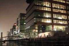 Edificios modernos en la noche Fotografía de archivo libre de regalías