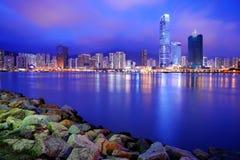 Edificios modernos en la oscuridad, Hong-Kong Foto de archivo libre de regalías