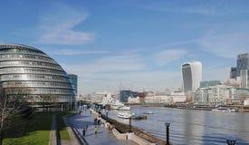 Edificios modernos en Londres en los bancos del Támesis Foto de archivo libre de regalías