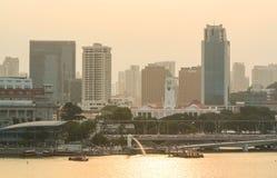Edificios modernos en puesta del sol en Marina Bay en Singapur Fotos de archivo libres de regalías