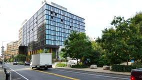Edificios modernos en St de Furman, Brooklyn Hights, Nueva York almacen de metraje de vídeo
