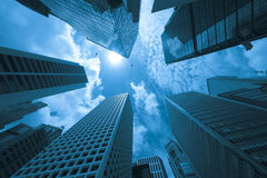 Edificios modernos en una ciudad, tono azul Fotografía de archivo libre de regalías