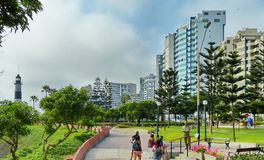 Edificios modernos y área del parque a lo largo de la costa costa en Lima, Perú foto de archivo libre de regalías