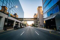 Edificios modernos y avenida amistosa, en Greensboro céntrica, no foto de archivo libre de regalías