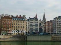 Edificios multicolores en los bancos del río en el invierno, Lyon cubierta, Francia fotografía de archivo libre de regalías