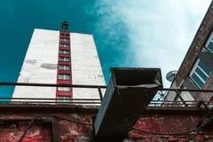 Edificios no bien mantenidos contra el cielo Fotografía de archivo