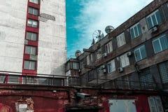 Edificios no bien mantenidos contra el cielo Imagen de archivo libre de regalías