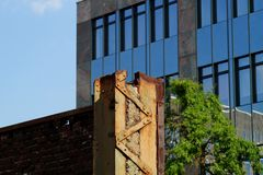 Edificios nuevos y viejos Foto de archivo libre de regalías