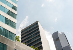 Edificios o rascacielos de la oficina de negocios con el cielo azul de la nube Fotografía de archivo libre de regalías
