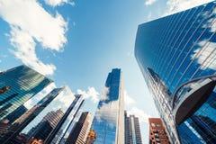 Edificios o rascacielos modernos de la torre en distrito financiero con la nube el d?a soleado en Chicago, los E.E.U.U. Concepto  imagenes de archivo