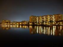 Edificios por el depósito de Pandan bajo el cielo nocturno azul Fotos de archivo libres de regalías