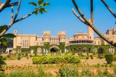Edificios principales del palacio de Bangalore, con las ramas de árbol borrosas en el primero plano, Bangalore, Karnataka, la Ind imagenes de archivo