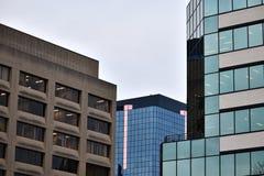 Edificios que ponen en contraste foto de archivo libre de regalías