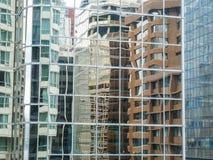 Edificios que reflejan en vidrio Imágenes de archivo libres de regalías