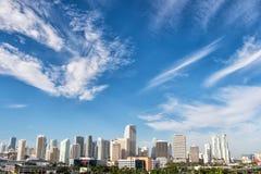 Edificios, rascacielos, hoteles y casas urbanas en el cielo azul nublado Fotografía de archivo