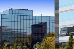 Edificios reflejados del asunto foto de archivo