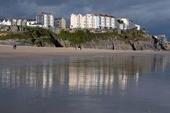 Edificios reflejados en una playa. Fotografía de archivo