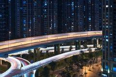 Edificios residenciales aéreos de la travesía de camino en la noche en Chengdu - Imagen de archivo