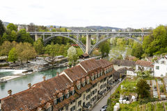Edificios residenciales abajo por el río en Berna Foto de archivo libre de regalías