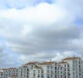 Edificios residenciales bajo las nubes Fotografía de archivo libre de regalías