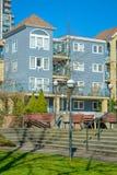 Edificios residenciales con pequeña zona del parque en frente Foto de archivo libre de regalías