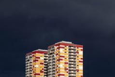 Edificios residenciales contra el cielo tempestuoso Foto de archivo libre de regalías