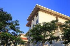 Edificios residenciales del pasillo por la mañana Foto de archivo libre de regalías