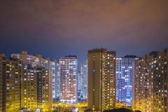Edificios residenciales del tiempo-lapce altos en la noche, al aire libre almacen de video