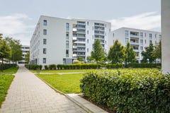 Edificios residenciales modernos, apartamentos en la nueva vivienda urbana Imágenes de archivo libres de regalías