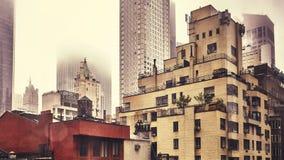 Edificios residenciales viejos de New York City en un día lluvioso Imagenes de archivo