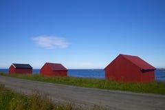 Edificios rojos del pueblo en Lofoten Imágenes de archivo libres de regalías