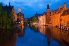 Edificios Rozenhoedkaai del canal de Brujas Foto de archivo libre de regalías