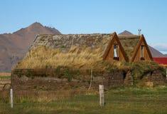 Edificios rurales en la montaña de Islandia Imagen de archivo libre de regalías