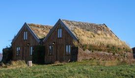 Edificios rurales en la montaña de Islandia Fotos de archivo