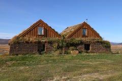 Edificios rurales en la montaña de Islandia Foto de archivo libre de regalías