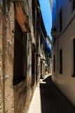 Edificios sucios viejos en una calle en una ciudad africana Fotografía de archivo