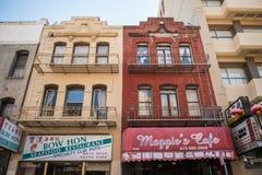 Edificios típicos en Chinatown en San Francisco, California, los E.E.U.U. fotos de archivo libres de regalías