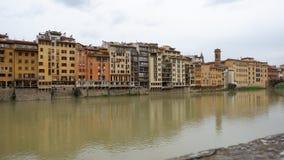 Edificios/tiendas en el río en Florencia foto de archivo