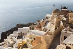 Edificios tradicionales en Oia, Santorini durante puesta del sol fotos de archivo