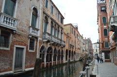 Edificios venecianos pintorescos del estilo en el La Fondamenta San Felice In Venice Viaje, días de fiesta, arquitectura 28 de ma fotos de archivo