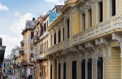 Edificios viejos con los balcones adornados en La Habana, Cuba fotos de archivo libres de regalías