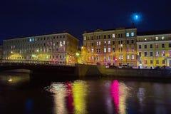 Edificios viejos en el muelle del río en la noche fotos de archivo libres de regalías