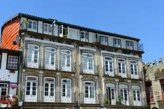 Edificios viejos en Guimarães, Portugal foto de archivo libre de regalías