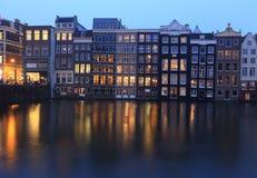 Edificios viejos tradicionales en Amsterdam, los Países Bajos Foto de archivo libre de regalías