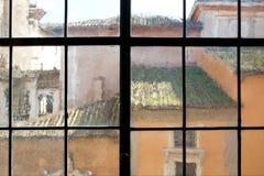 Edificios viejos vistos a través de ventana antigua en Roma Imagen de archivo