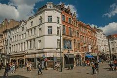 Edificios viejos y gente que caminan en las calles de Bruselas imagenes de archivo