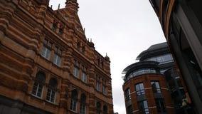Edificios viejos y modernos del ladrillo rojo almacen de metraje de vídeo