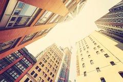 Edificios viejos y nuevos entonados retros en Manhattan en la puesta del sol, NYC Imagen de archivo libre de regalías