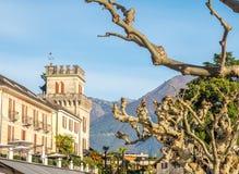 Edificios y árbol en Locarno, Suiza Imágenes de archivo libres de regalías